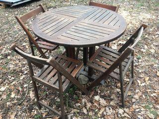 Mesa y sillas jardín e interior.
