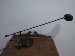 Lámpara de escritorio.