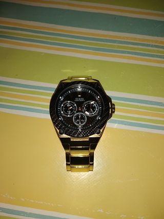 reloj guess bañado en oro muy cuidado.