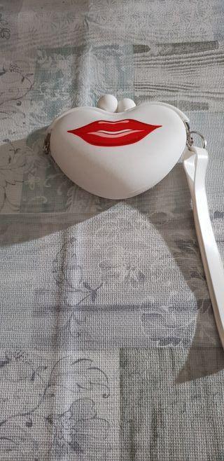 Vendo monedero,pequeño,con detalle de labios