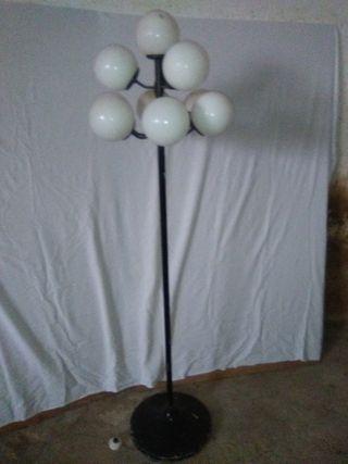 Se vende lampara de pie.