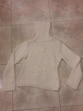 Jersey blanco de punto grueso, cuello alto