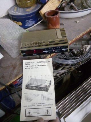 Radio-reloj electrónico antiguo