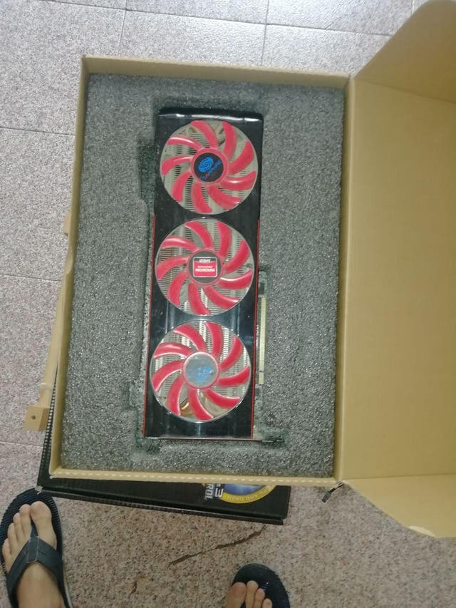 Tarjeta de Vídeo HD 7990 en su caja.