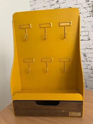 Cuadro de llaves estilo industrial con cajón