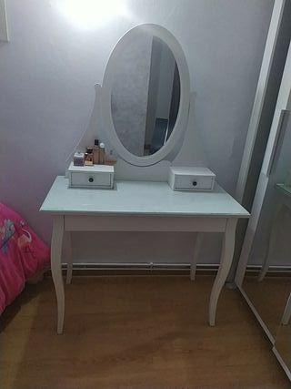 tocador con espejo blanco