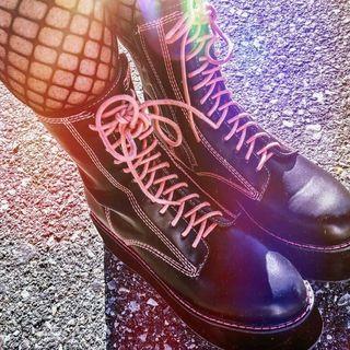 botas de plataformas con cordón rojo