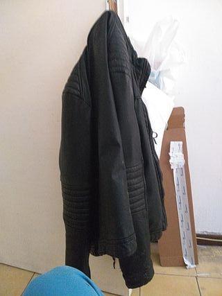 Cazadora de cuero negro.