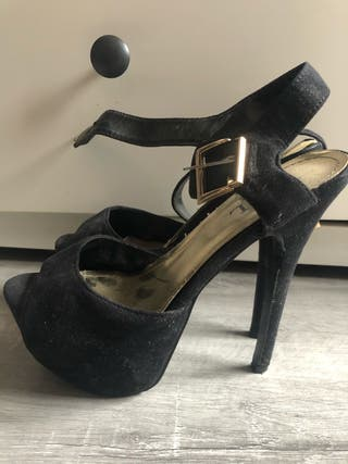 Sandalias negras con hebilla de tacón