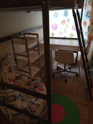 Habitación Ikea litera y escritorio.