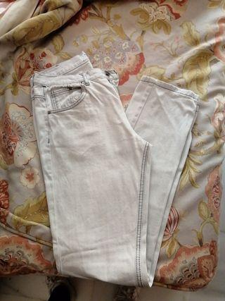 pantalón vaquero largo gris clarito