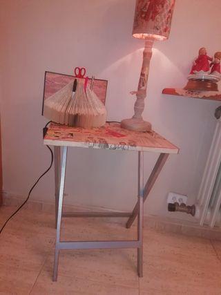 Mesita auxiliar de madera y lámpara