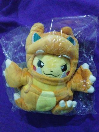 Peluche Pokémon de Pikachu disfrazado de Charizard
