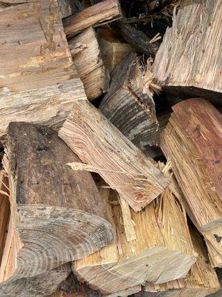 Leña de pino astillada