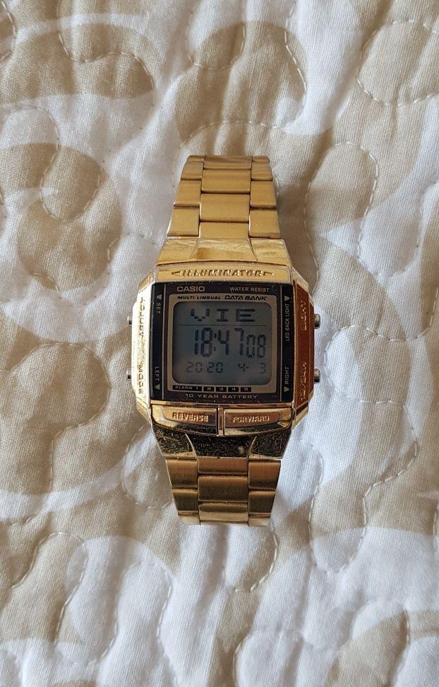 Reloj dorado digital CASIO