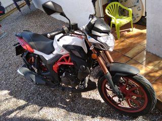 Moto Naked UM 125 XTREET de solo 6 meses