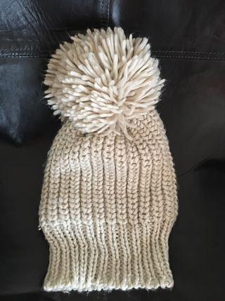 Gorrito lana beige con pompón