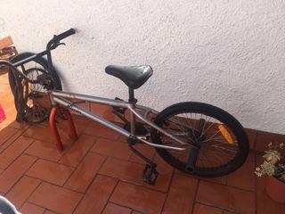 Bicicleta BMX con estriberas
