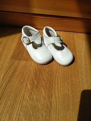 Zapatos piel bebé blancos