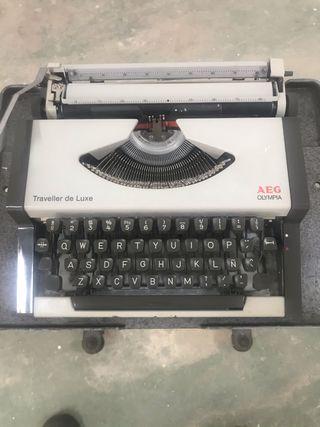 Máquina de escribir Olimpiay mesa vintage.