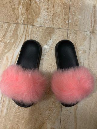 Sandalia de pelo rosa
