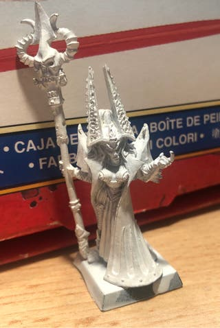 Warhammer elfos oscuros Hechicera