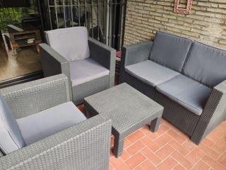Conjunto de muebles de jardín de resina.
