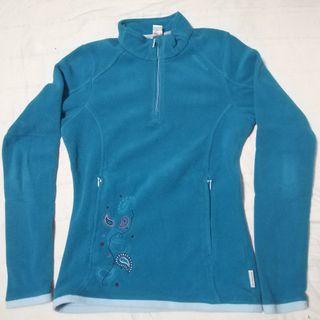 Forro polar azul con bordados