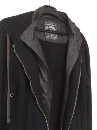 Chaqueta negra con capucha