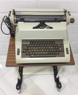Magnífica máquina de escribir Vintage funcionando