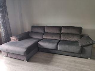 Sofá tapizado con chaise longue.