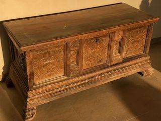 Mueble caja / baul antiguo siglo XIIX nogal macizo