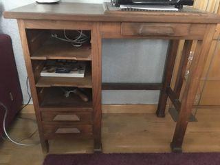 Máquina de escribir y mesa