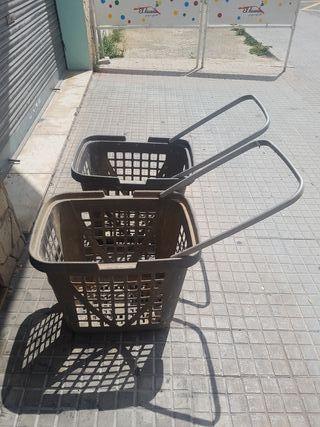 2 cestas de plastico con ruedas