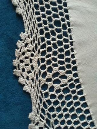 mantel blanco con terminación de ganchillo