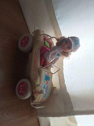 Nancy y su coche de aventuras