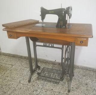 mesa y máquina de coser