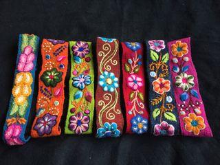 Diadema artesanal bordada a mano con flores