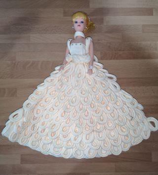 Muñeca maniquí antigua con vestido de papel