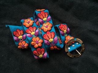 Cinturón peruano bordado a mano con flores