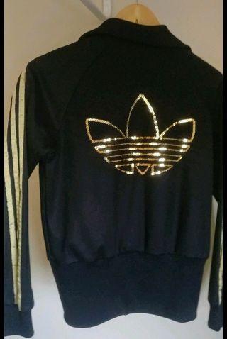 Chaqueta negra Adidas.