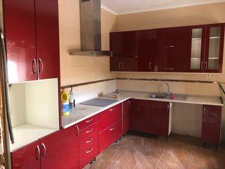 Cocina roja de brillo, con campana, vitro y frega