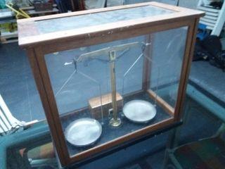 bascula de precisión antigua con juego de pesas