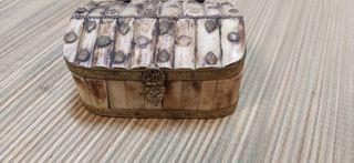Caja de hueso muy antigua a restaurar