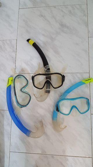 Gafas y tubos de snorkel.