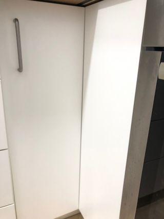 Armario esquinero con su puerta y bisagras