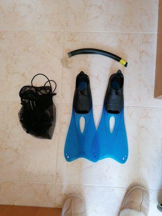 aletas de natación con tubo