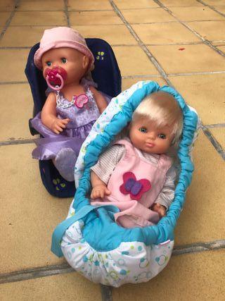 Dos bebés con sus sillitas vestidos y con armario!