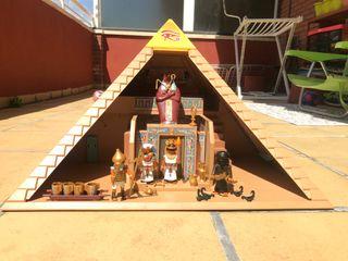 Pirámide egipcia con todos sus complementos!