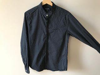 Camisa azul marino motivos cuello mao Talla M